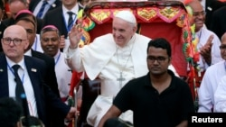 Paus Fransiskus naik rickshaw, sejenis becak lokal, saat mengunjungi gereja Katedral Santa Maria, di Dhaka, Bangladesh, Jumat (1/12).