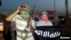 Chiến binh ISIL vũ trang trên đường phố Mosul, Iraq, ngày 23/6/2014.