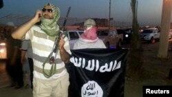 지난해 6월 이라크 모술에서 이슬람 수니파 무장단체 ISIL 요원이 무기와 깃발을 들고 있다. (자료사진)