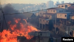 13일 칠레 항구도시 발파라이소의 화재 현장에서 불길이 주택가로 번지고 있다.