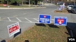 在华盛顿郊外马里兰州某投票站外的标语牌。马里兰州是民主党铁票仓,总统选战无悬念,但一些公投议题比如是否允许同性婚姻、是否允许增开赌场等,争议极大,各方也竭力做选民工作。(美国之音王南拍摄)