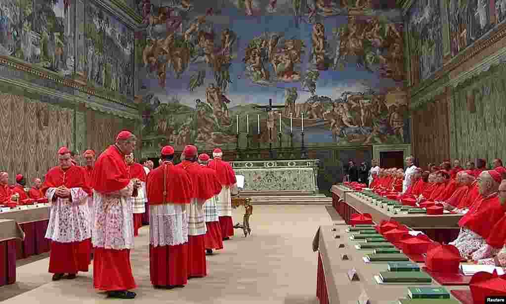 115 thành viên thuộc Hồng y Ðoàn của Giáo hội sẽ tề tựu về nhà nguyện Sistine ở Thành Vatican, và sẽ biệt lập với bên ngoài cho đến khi bầu ra được một vị giáo hoàng mới.