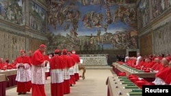 Các Hồng Y vào nhà nguyện Sistine