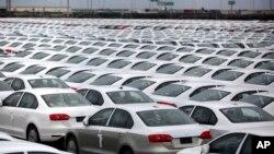 Des voitures Volkswagen Jettas produit au Mexique pour l'export sont garés au terminal de l'aéroport de Veracruz, Mexique, le 19 septembre 2013.