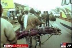 مدھیہ پردیش، بھارت میں ایک غریب کسان اپنی بیٹی کی لاش سائیکل پر رکھ کر پوسٹ مارٹم کے لیے اسپتال لے جارہا ہے۔ بکشو سنگھ کی بیٹی ایک دوا کی زیادہ مقدار کی وجہ سے فوت ہوگئی اور مقامی پولیس نے پوسٹ مارٹم کے بغیر اسکی چتا جلانے کی اجازت دینے سے انکار کردیا۔ پو