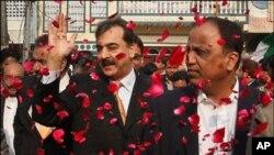 وزیر اعظم یوسف رضا گیلانی ایم کیو ایم کے مرکز کا دورہ کرتے ہوئے، انکے دائیں حلف اٹھانے والے وفاقی وزیر بابر غوری ہیں۔ فائل