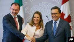Mexico's Foreign Minister Luis Videgaray (L), Canada's Foreign Affairs Minister Chrystia Freeland (C), and Mexico's Secretary of Economy Ildefonso Guajardo pose for a photo during a joint news conference about ongoing renegotiations of the North American Free Trade Agreement (NAFTA) in Mexico City, July 25, 2018.