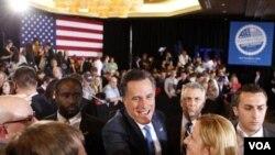 Romney menyapa pendukungnya di Ohio (7/3).