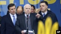 Слева направо: Крис Мерфи, Джон Маккейн, Олег Тягнибок. Киев, 15 декабря 2013.