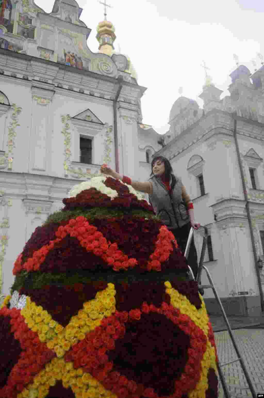 Перед Києво-Печерською лаврою гігантська великодня писанка була створена з тисяч квіткових бутонів.