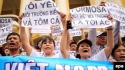 Người biểu tình xuống đường tại Hà Nội với biểu ngữ phản đối công ty Đài Loan Formosa Plastics huỷ hoại môi trường biển gây ra vụ cá chết hàng loạt tại tỉnh miền Trung, ngày 1/5/2016.