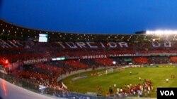 "Hace dos semanas miles de seguidores del Flamengo ayudaron a desplegar en el Maracaná, la frase: ""A maior torcida do mundo faz a diferença"","