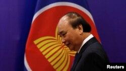"""Thủ tướng Nguyễn Xuân Phúc, tại hội nghị thượng đỉnh ASEAN lần thứ 37 ở Hà Nội hôm 15/11, nói với báo giới rằng dù tổng thống Mỹ là ai thì vẫn là """"người bạn có quan hệ tốt"""" với Việt Nam."""