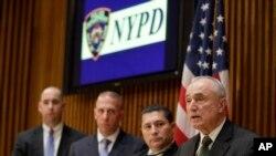 紐約市警察局長布拉頓在記者會宣佈拘捕疑犯