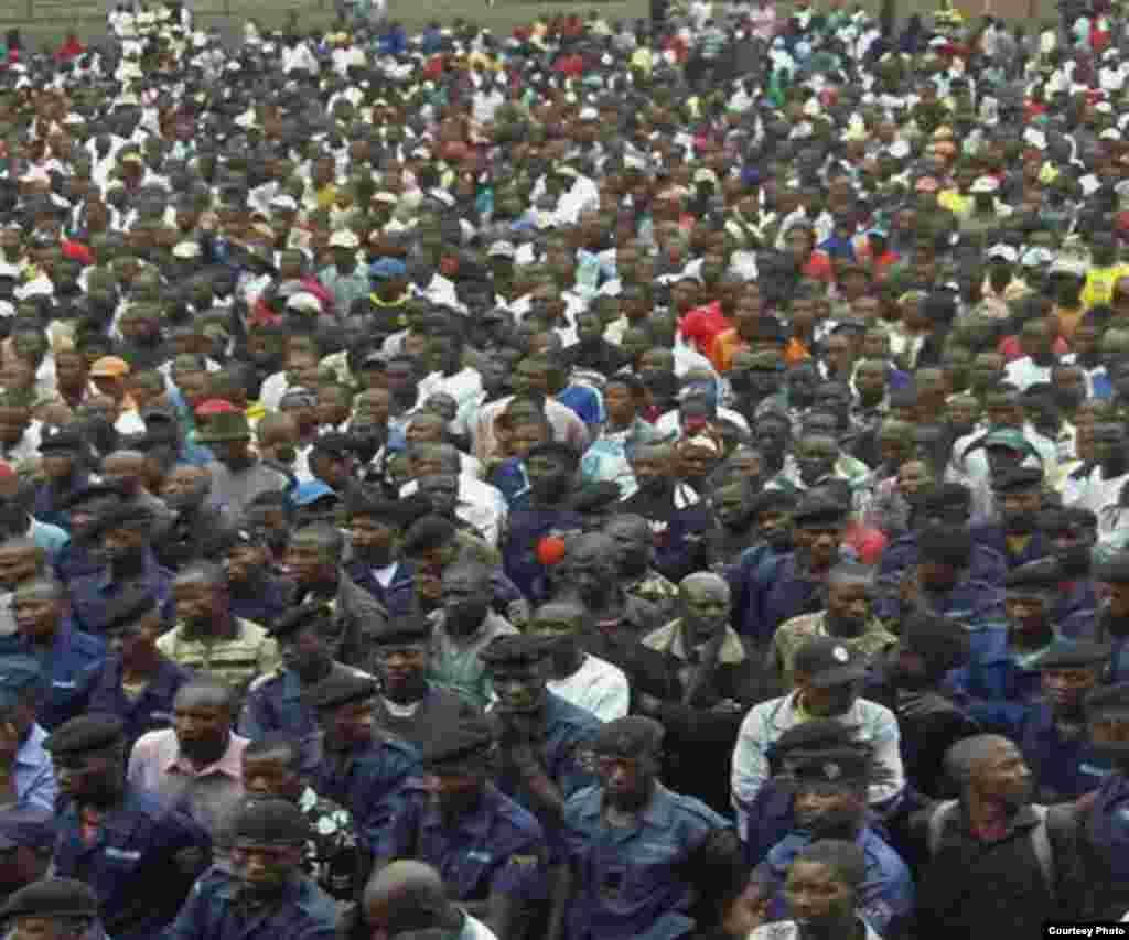 Polisi wa mji wa Goma wakusanyika katika uwanja wa michezo Goma siku ya pili baada ya M23 kuuteka mji huo
