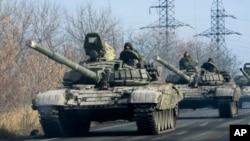 Konvoi separatis pro-Rusia dengan persenjataan berat bergerak menuju Donetsk, Ukraina timur hari Senin (10/11).