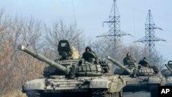 ຂະບວນລົດທະຫານ ຂອງພວກກະບົດ ນິຍົມຣັດເຊຍ ພວມມຸ່ງໜ້າ ໄປຍັງເມືອງ Donetsk ໃນພາກຕາເວັນອອກ ຢູເຄຣນ (10 ພະຈິກ 2014)
