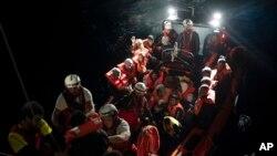지난해 5월 리비아에서 배를 타고 온 난민들이 '프로엑시바 오픈 암스' 스페인 NGO에 의해 구조된 후 'SOS 지중해'의 아쿠아리스 구조선으로 옮겨타고 있다.