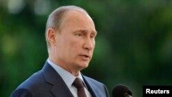 Tổng thống Nga Vladimir Putin bác bỏ yêu cầu của Mỹ đòi dẫn độ Edward Snowden.