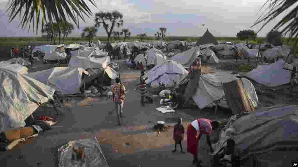 Près de 900 personnes déplacées vivent dans ce camp dans l'ile de Kok, Etat de l'Unité, 13 octobre 2015. (AP Photo/Jason Patinkin).