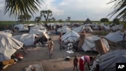 Quelque 900 personnes ont fui les violences et trouvé refuge dans un camp de déplacés sur l'île de Kok, au Soudan du Sud, le 13 octobre 2015. (AP Photo/Jason Patinkin)