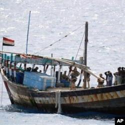 Une embarcation de de pirates somaliens interceptés le 10 février 2011 par la marine britannique dans l'Océan indien