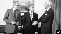 Američki ambasador u SSSR-u Tomas Votson (desno), koji je piozvan na konsultacije posle invazije Sovjeta na Avganistan, u razgovoru sa predsednikom Džimijem Karterom i tadašnjim državnim sekretarom Sajrusom Vensom (levo) u Beloj kući