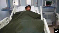 A Nepalese Sherpa Dawa Tashi, who was injured during an avalanche, gets treatment at a hospital in Katmandu, Nepal, April 18, 2014.