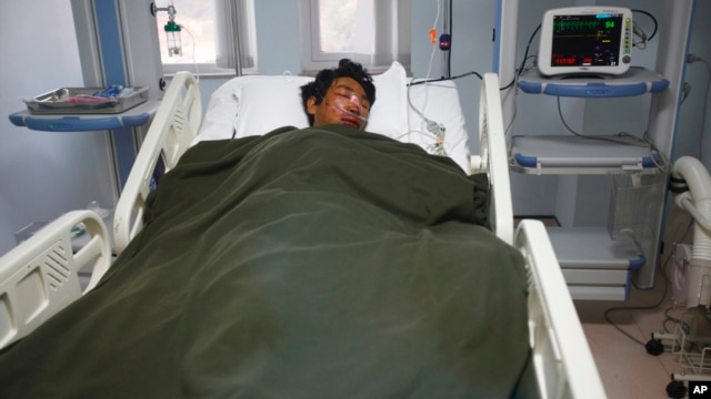 A Nepalese Sherpa Dawa Tashi, who was injured during an avalanche, gets treatment at a hospital in Katmandu, Nepal, April 18, 2014.