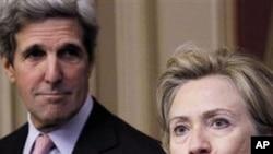 美国国务卿克林顿(右)与克里参议员周三在美国国会