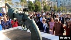 "Lebanon's Caretaker Cultural Minister Ghattas Khoury and Arun Gandhi, grandson of Mahatma Gandhi, attend the unveiling ceremony of a copy of Carl Fredrik Reutersward's ""Non-Violence"" sculpture in Beirut, Lebanon, Oct. 2, 2018."