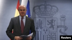 Spanish Economy Minister Luis de Guindos stands before a news conference after the weekly cabinet meeting in Moncloa Palace, in Madrid, Spain, November 15, 2012.