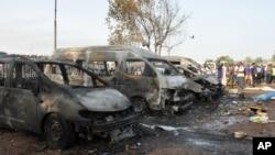 Hiện trường vụ nổ bom tại trạm xe buýt ở Nyanya Park, khoảng 16 km từ trung tâm thủ đô Abuja, Nigeria, ngày 14/4/2014.
