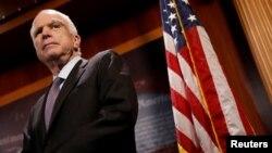 Senator republikan John McCain gjatë një konference shtypi në Kapitol Hill, Uashington, më 27 korrik, 2017.