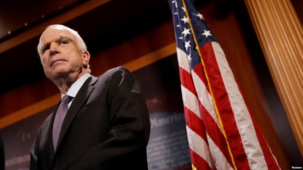 """Le sénateur John McCain (R-Az.) Observe pendant une conférence de presse sa résistance à la soi-disant """"abrogation maigre"""" de la Loi sur les soins abordables au Capitole, à Washington, le 27 juillet 2017."""