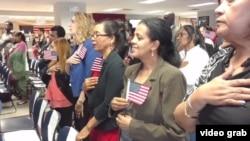 美国新移民在参加入籍仪式 (资料照片)