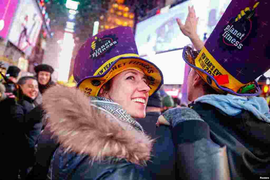 سالِ نو کا جشن مناتے ہوئے ٹائمز اسکوائر پر لوگوں نے خوب رقص کیا اور تمام چہرے خوشی سے کھل گئے۔ ٹائمز اسکور نیویارک کا ہی نہیں امریکہ کا سب سے مشہور مقام سمجھا جاتا ہے۔