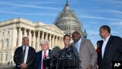 Ahmed Mohamed, centro, junto a su padre Mohamed Elhassan (izquierda) y otros legisladores durante una visita al Capitolio.
