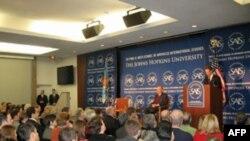 Sekretar za finansije govori na univerzitetu Džons Hopkins