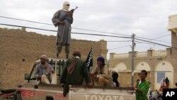 Para anggota kelompok militan Ansar al-Dine di Timbuktu, Mali utara (foto: dok). Pemerintah AS memasukkan Ansar al-Dine sebagai kelompok teroris.