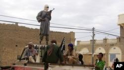 Des combattants d'Ansar Dine montant la garde à Tombouctou (31 août 2012)