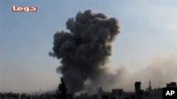 시리아 정부군의 전투기 폭격으로 검은 연기가 치솟는 시리아 도우마