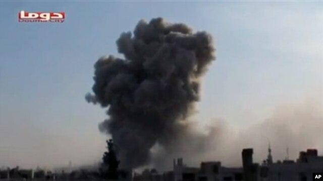 Ảnh chụp lại từ video của kênh truyền hình Shaam News Network: Hình ảnh vụ chiến đấu cơ Syria đánh bom Douma, Syria, ngày 9/11/2012.