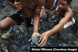 Thợ đào ngọc thạch ở Myanmar.