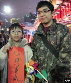 中七生张智洋(右)带弟弟买春联支持民主