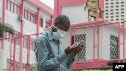Moto moko azipi zolo na monoko mpo na komibateli na coronavirus na YAoundé, Cameroun, 6 mars 2020.