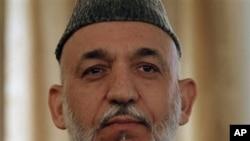 阿富汗总统卡尔扎伊10月25日在喀布尔记者会上