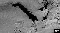 Một bức ảnh được Cơ quan Không gian châu Âu công bố hôm 30/9/2016 cho thấy hình ảnh bề mặt sao chổi 67P được chụp bởi camera góc hẹp của tàu vũ trụ Rosetta lúc 08:18 giờ GMT.