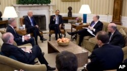 صدر اوباما وائٹ ہاؤس میں اپنے عہدیداران کے ساتھ مصر کی صورتحال پر تبادلہ خیال کررہے ہیں