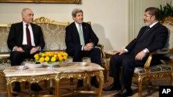 ທ່ານ John Kerry ລັດຖະມົນຕີກະຊວງການຕ່າງປະເທດ ສຫລ (ກາງ) ພົບກັບທ່ານ Mohamed Morsi (ຂວາ) ປະທານາທິບໍດີອີຈິບ ແລະ ທ່ານ Mohamed Kamel Amr (ຊ້າຍ) ລັດຖະມົນຕີການຕ່າງປະເທດອີຈິບ ຢູ່ທີ່ທໍານຽບ ປະທານາທິບໍດີ ໃນກຸງໄຄໂຣ ຂອງອີຈິບ ໃນວັນທີ 3 ມີນາ 2013.